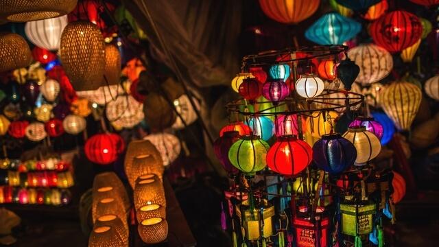 Vào Tết Trung thu, ngoài việc ngắm trăng và ăn bánh trung thu, ở Việt Nam còn có một phong tục rất thú vị, đó là thắp đèn lồng.