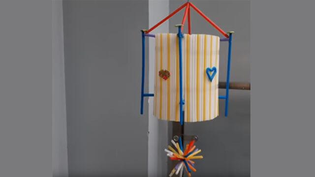 Cuối cùng, bạn có thể thoải mái trang trí đèn với những hình dán hoặc sử dụng ống hút làm thành những ngôi sao và hình trái tim để đặt xung quanh.